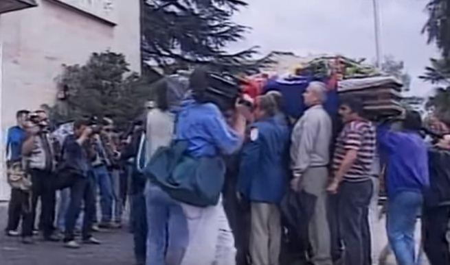 14 Shtatori/ 21 vite nga 'grushti i shtetit' kur PD sulmoi Kryeministrinë  (Pamjet) - Shqiptarja.com